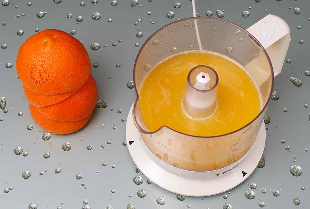 Из апельсинов выдавить сок