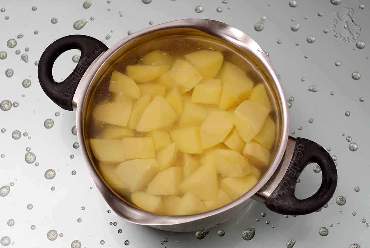 Картошку залить водой и поставить на огонь