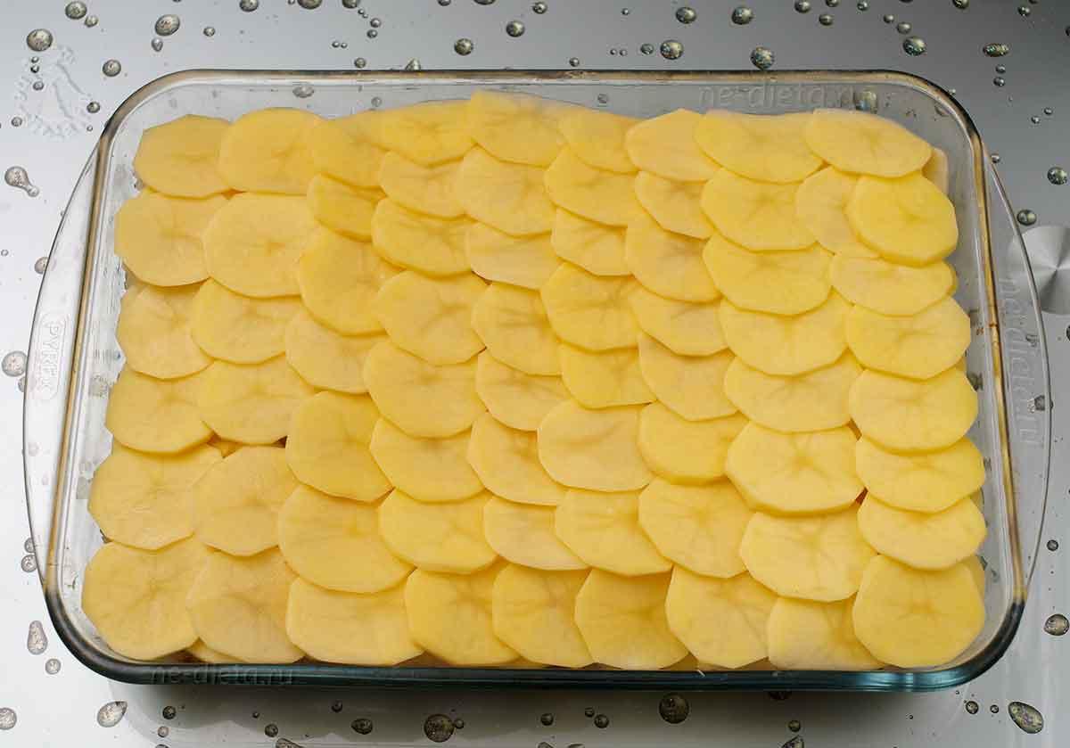 Сверху выложить два слоя картошки