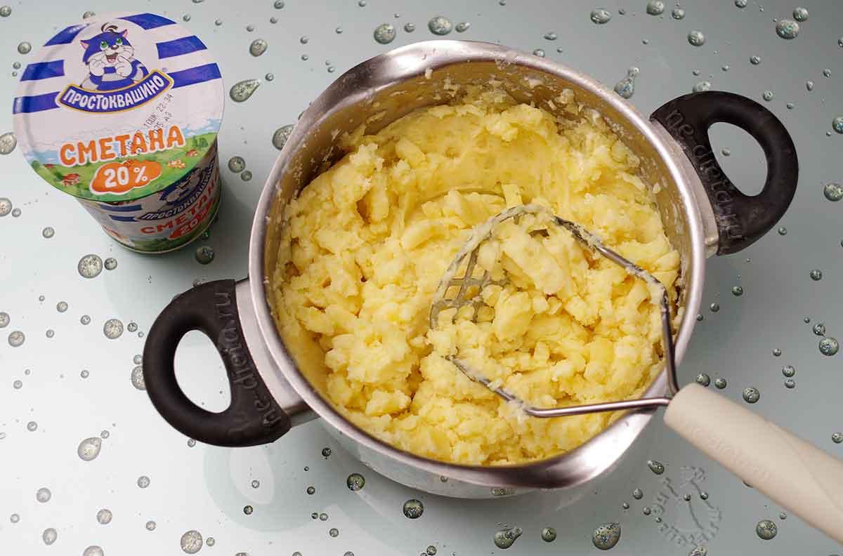 Картошку размять со сметаной