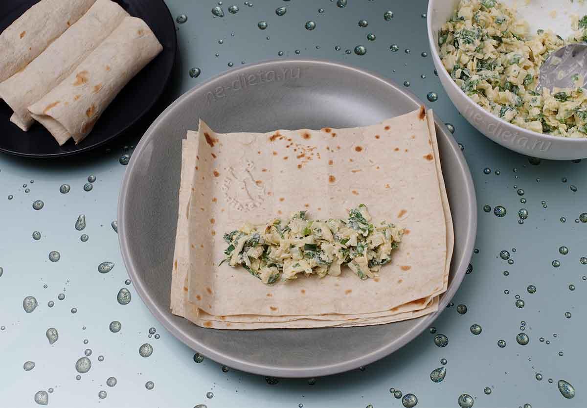 Сформировать трубочки из лаваша с сырной начинкой