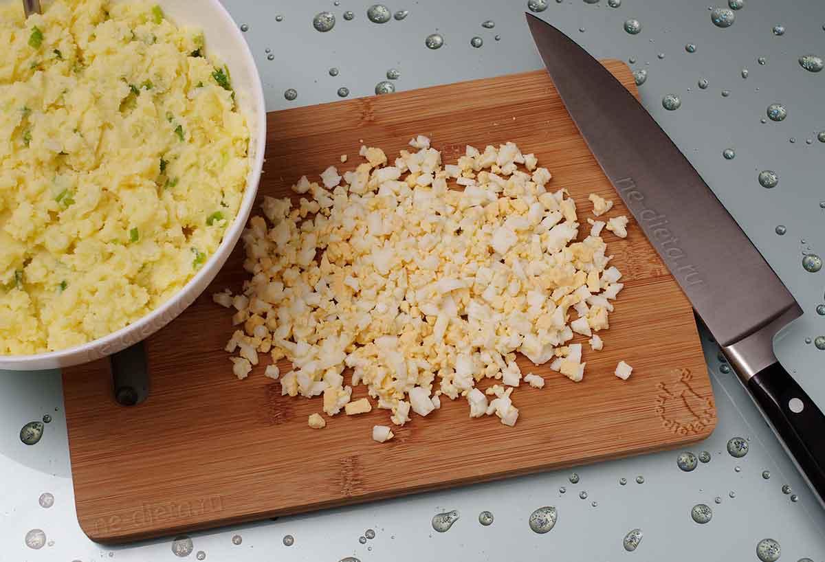 Яйца мелко нарезать
