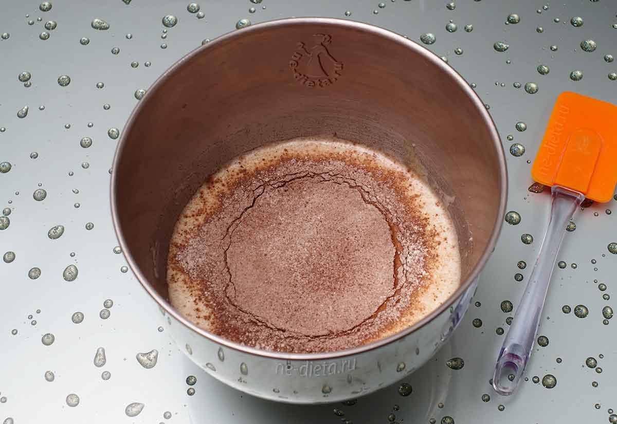 Просеять в тесто муку и какао