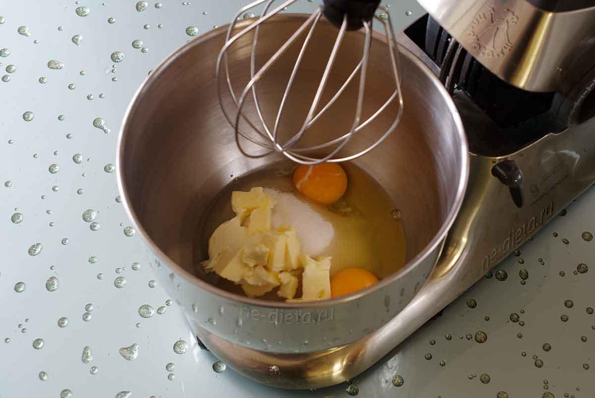 В миску выложить яйца, сахар, растительное и сливочное масло