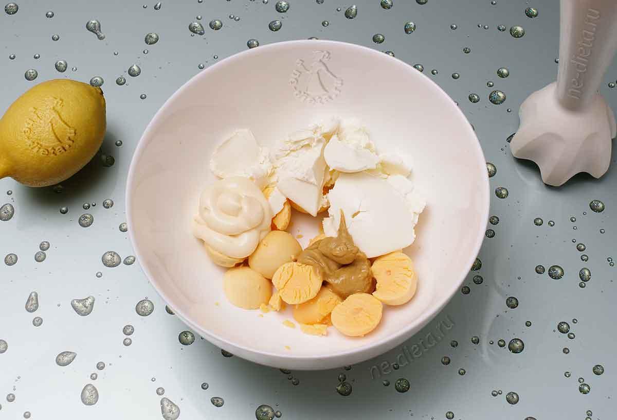 К желткам добавить творожный сыр, майонез, горчицу и лимонный сок