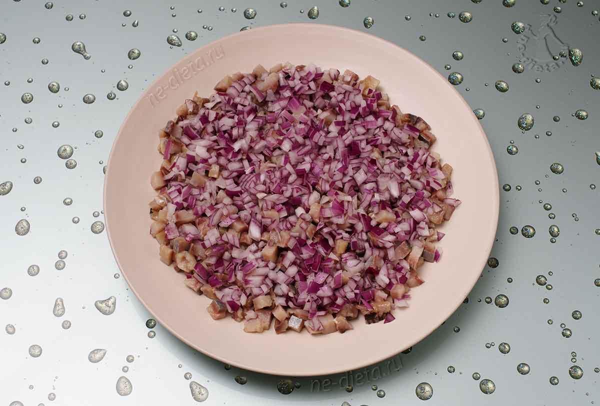 Выложить селедку и лук