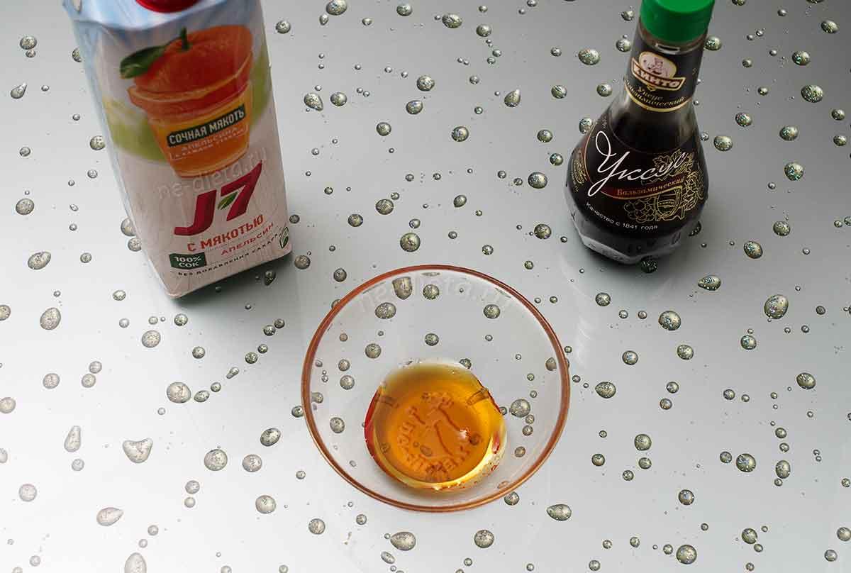 В миске смешать мед, бальзамический укус и апельсиновый сок