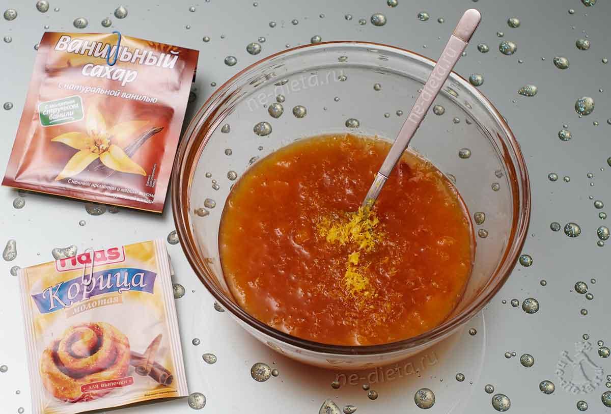 К абрикосовому джему добавить корицу, ванильный сахар и лимонную цедру
