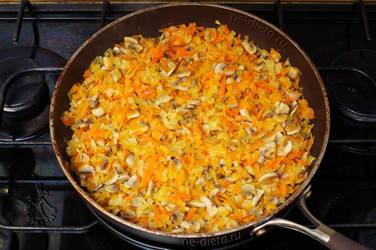 Грибы обжарить с овощами