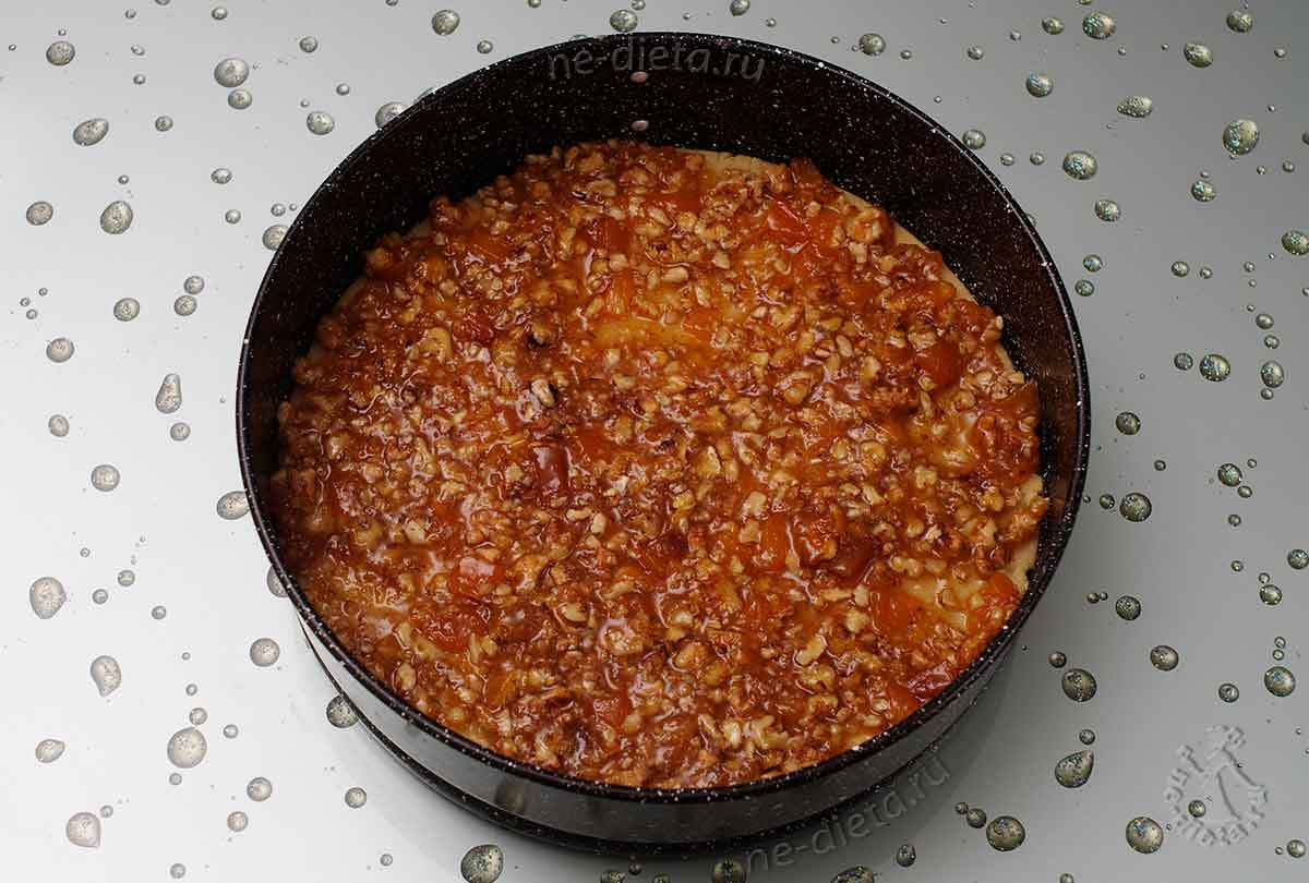 На тесто положить абрикосовую начинку