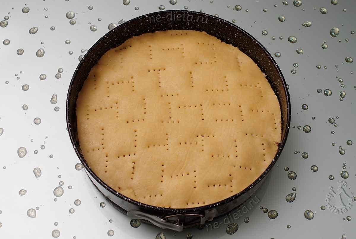 Собрать пирог и наколоть вилкой