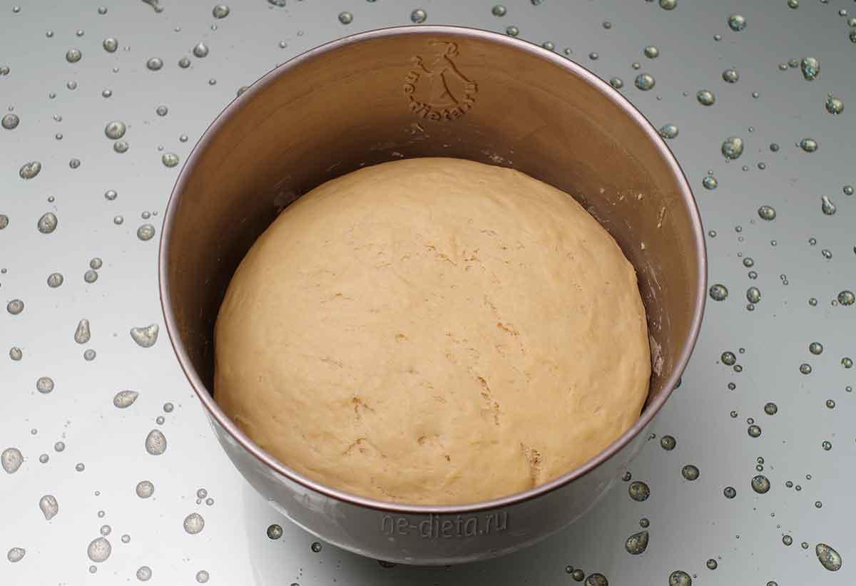 Подошедшее тесто для пирога с семгой
