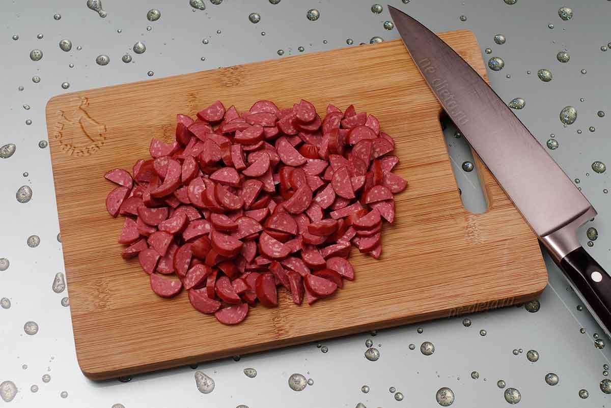 Нарезать копченые колбаски