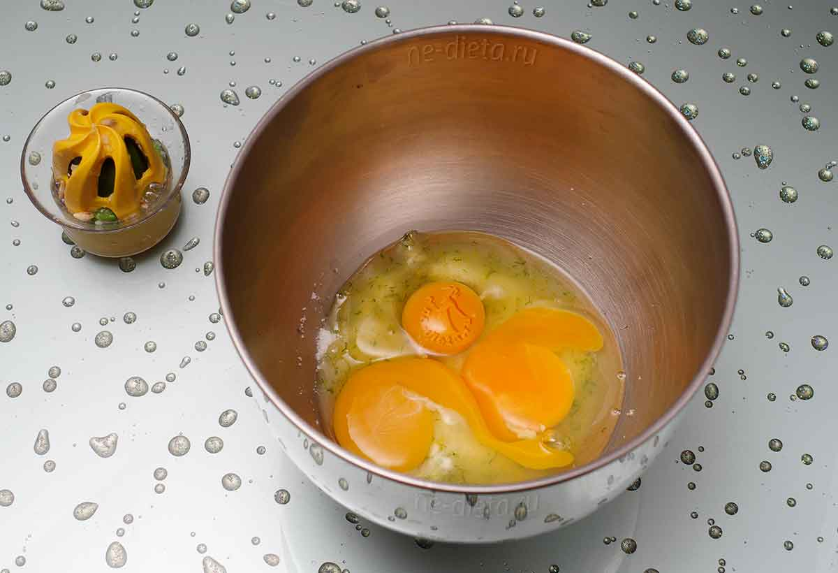 К сахару добавить яйца и цитрусовый сок