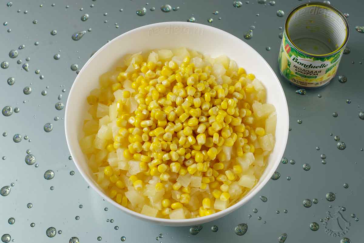 Ингредиенты для салата с крабовыми палочками и ананасами