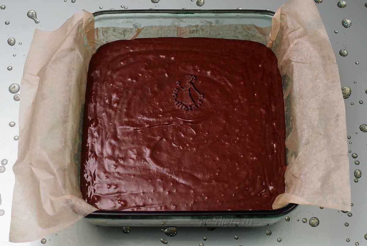 В форму вылить тесто для брауни