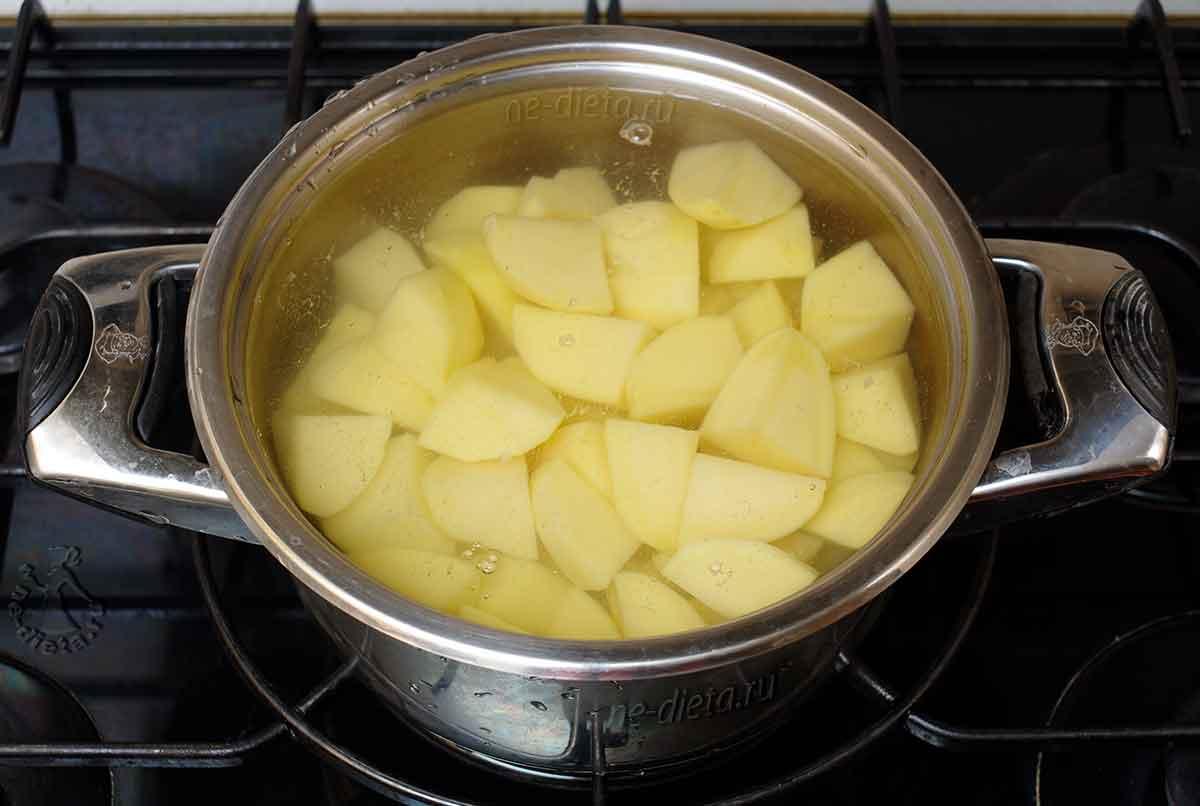 Варить картофель в кипящей воде до готовности
