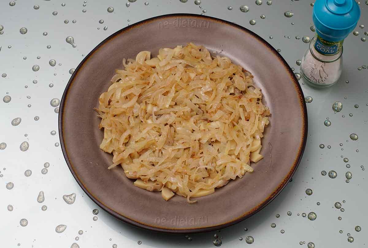 На блюдо выложить грибы и жареный лук