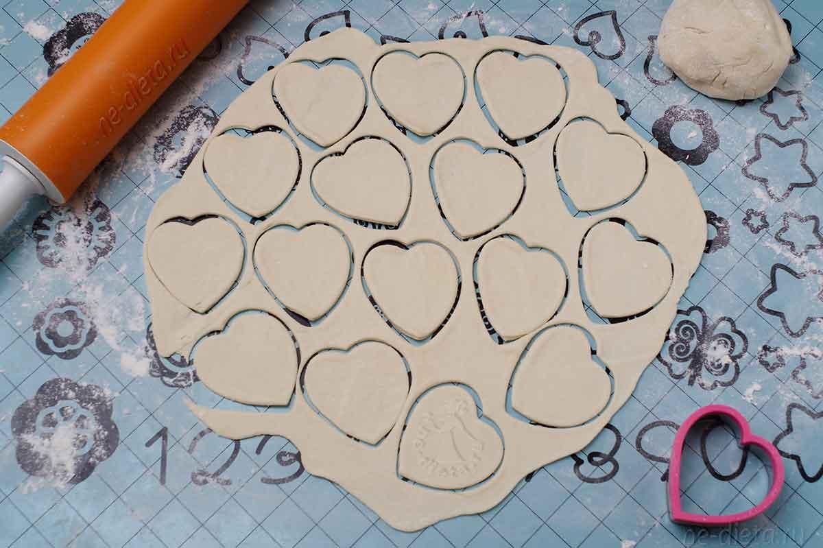 Тесто раскатать и вырезать заготовки для пирожков