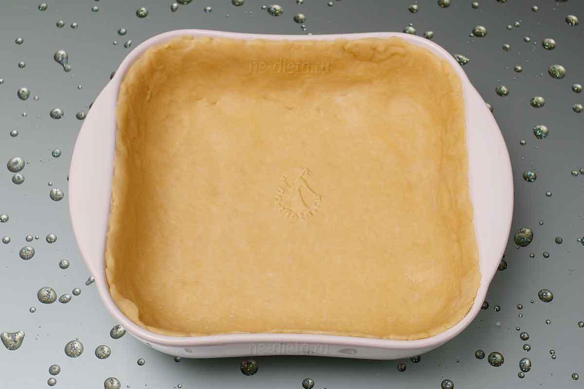 Песочное тесто раскатать и выложить в форму