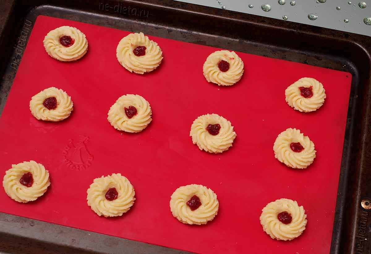 В середину печенья положить повидло или джем