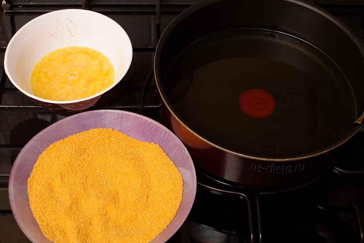 Масло разогреть, подготовить яйца и сухари для панировки