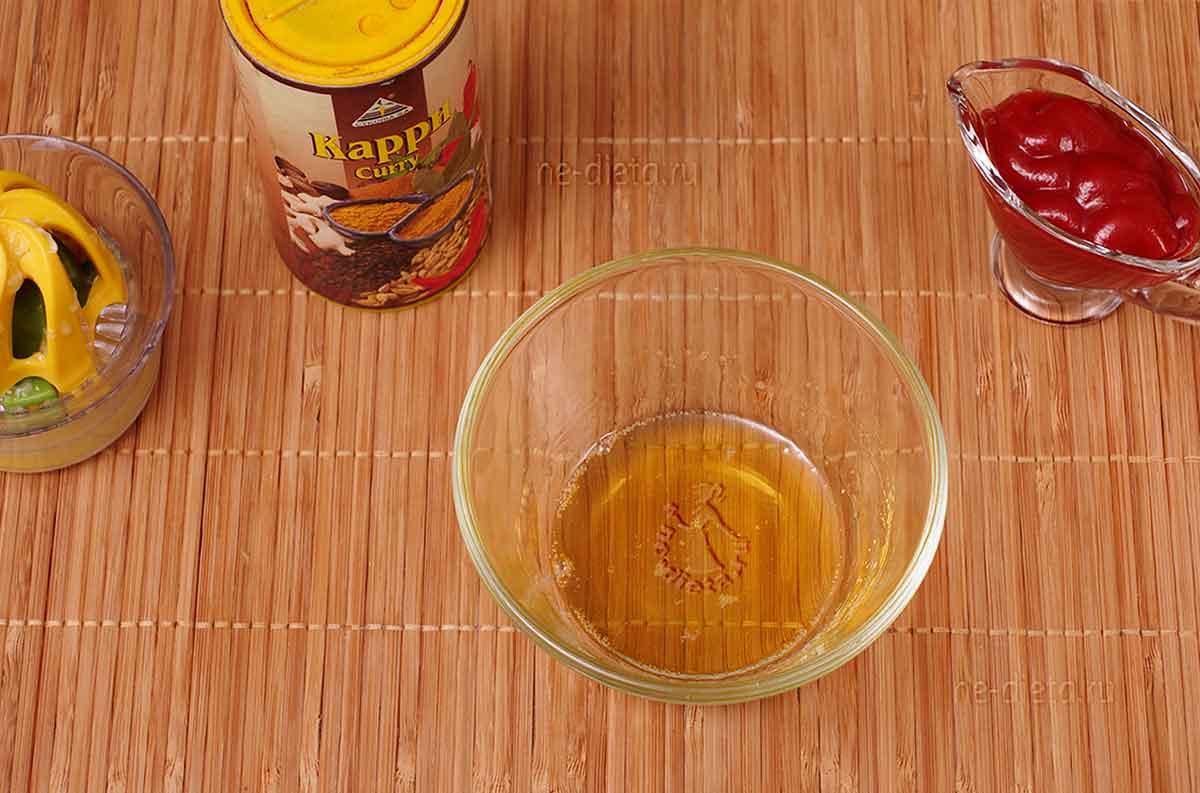Смешать мед, кетчуп, лимонный сок и карри