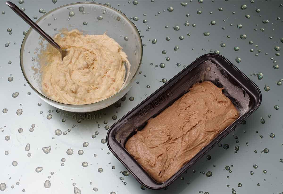В форму выложить шоколадное тесто
