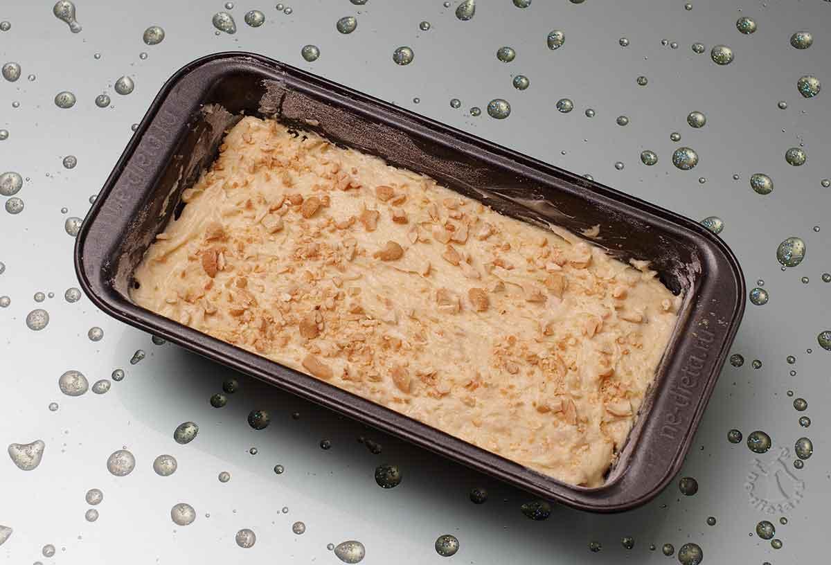 Выложить ореховое тесто и посыпать орехами