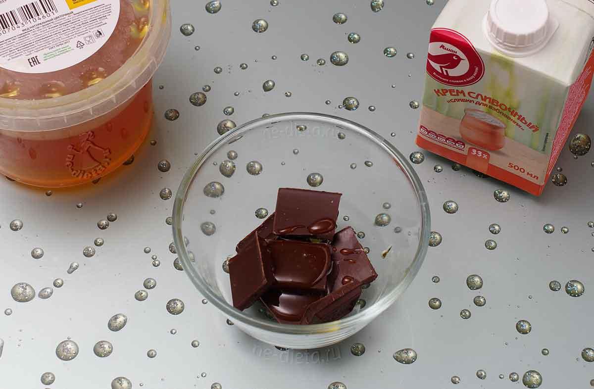 Смешать шоколад, мед и сливки
