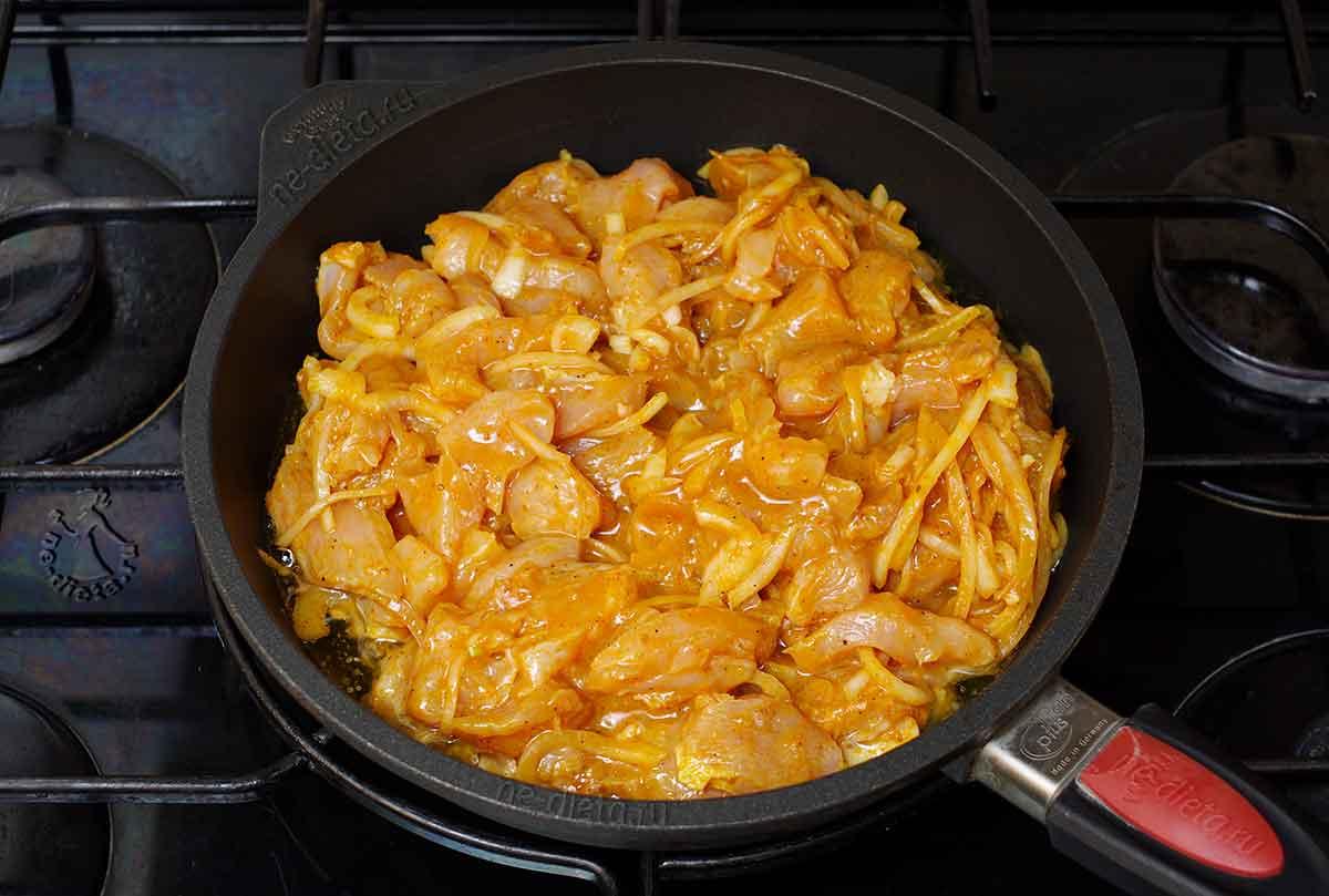 На сковороду выложить курицу с маринадом