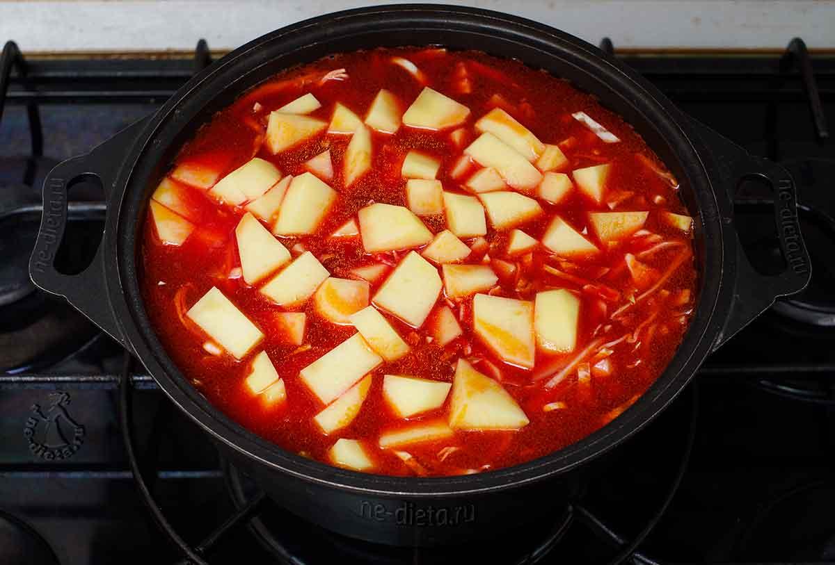 Положить капусту и картофель