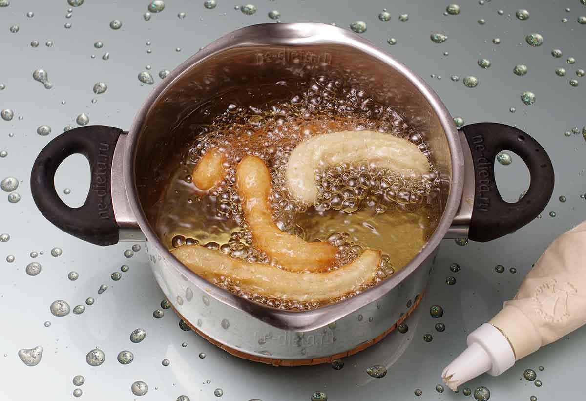 Полоски теста отсаживать в кипящее масло