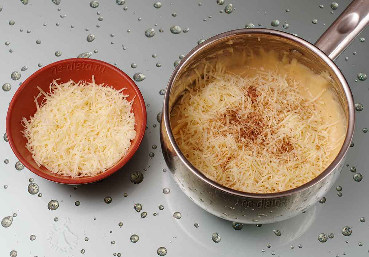 В тесто добавить специи и тертый сыр