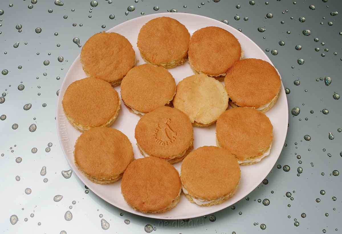 Накрыть пирожные вторым кружком бисквита