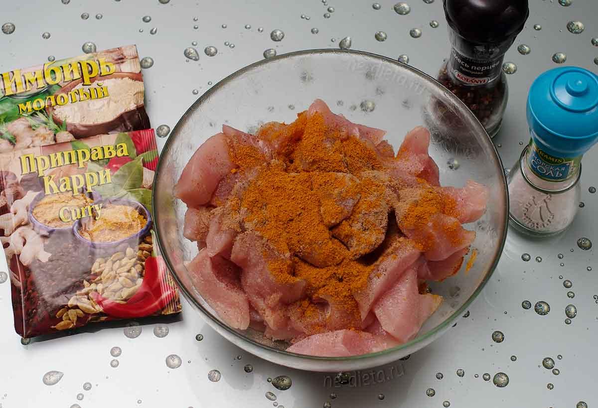 Курицу посыпать солью и специями