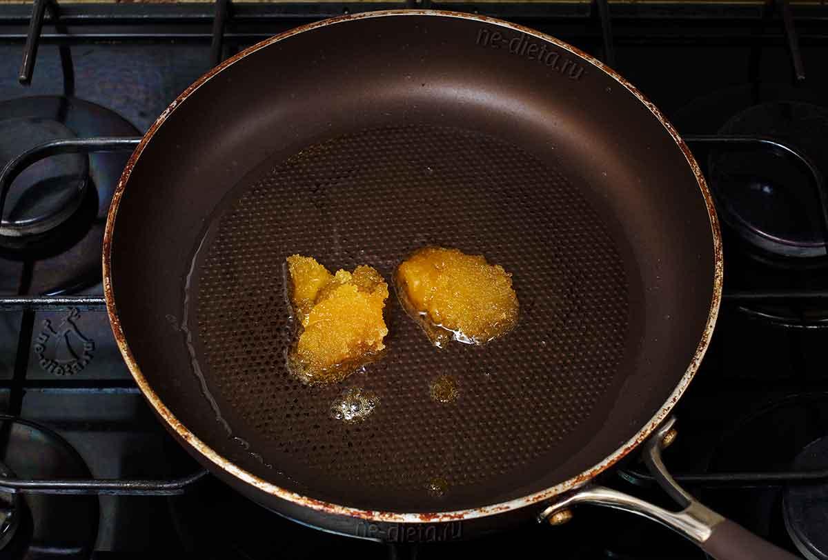 В сковороде нагреть масло и растопить мед