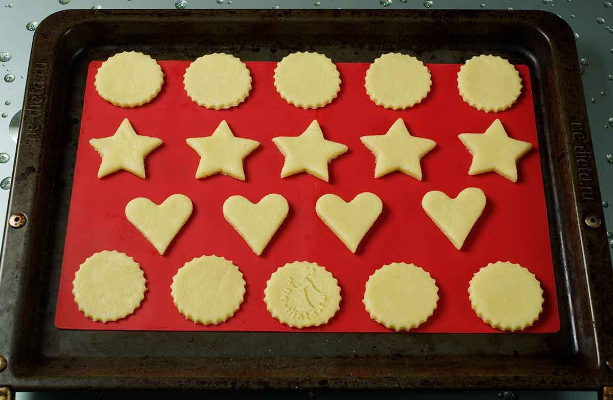 Из теста вырезать печенье