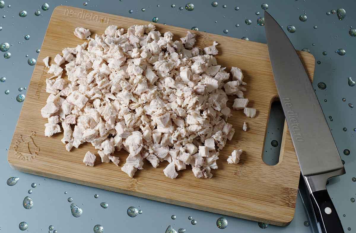 Куриное филе нарезать кубиками