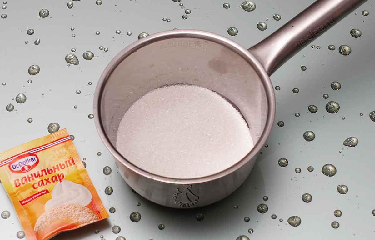 Всыпать обычный и ванильный сахар