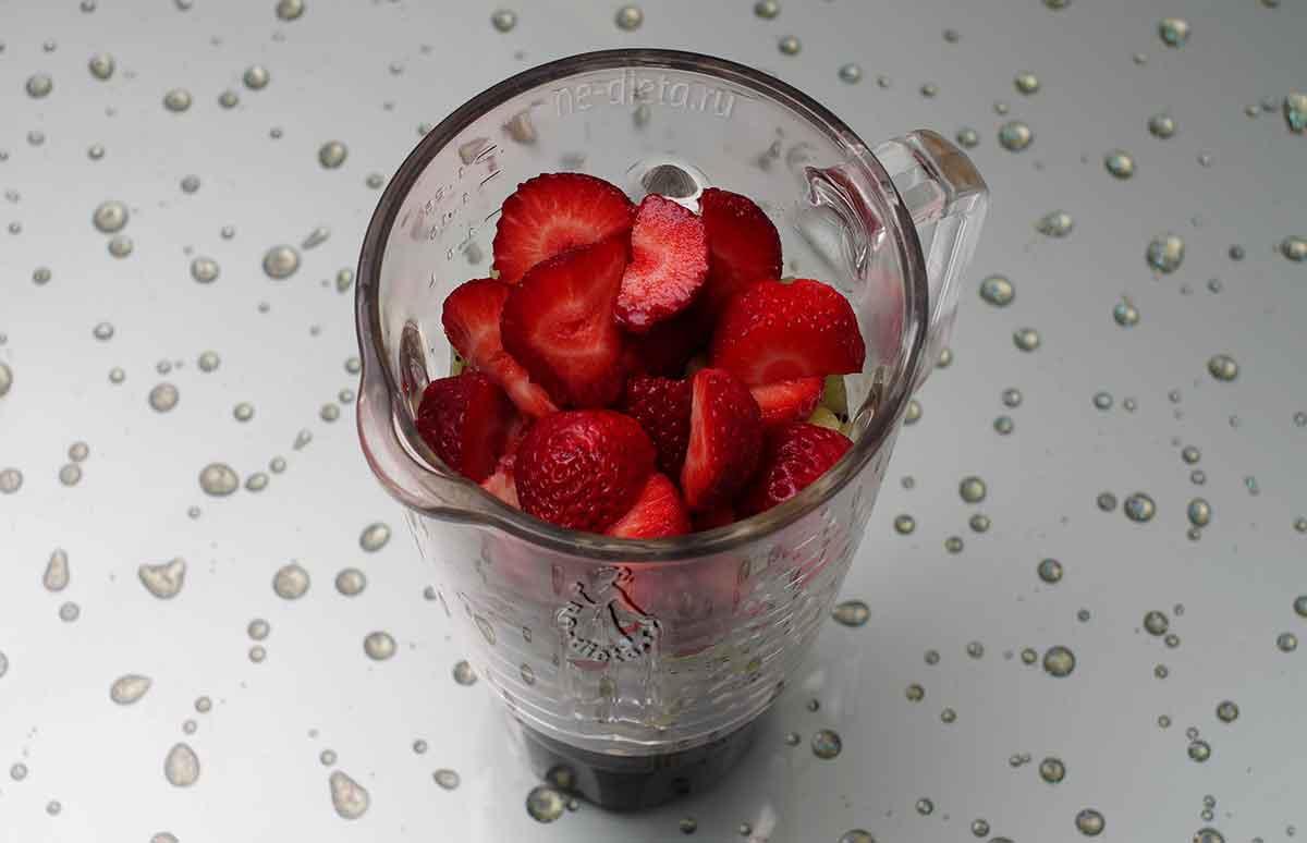 Ягоды и фрукты сложить в чашу блендера