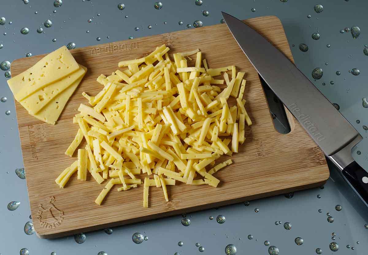 Сыр нарезать соломкой