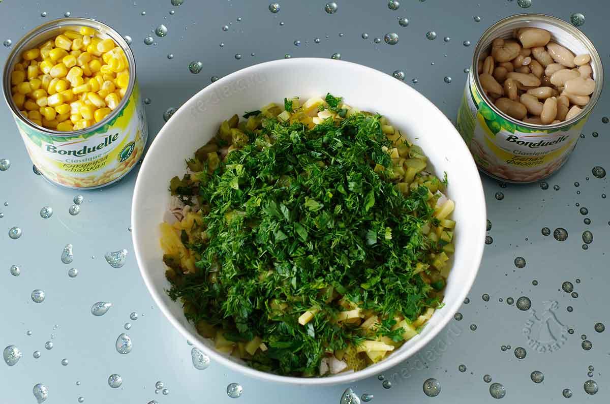 В салат добавить фасоль и кукурузу
