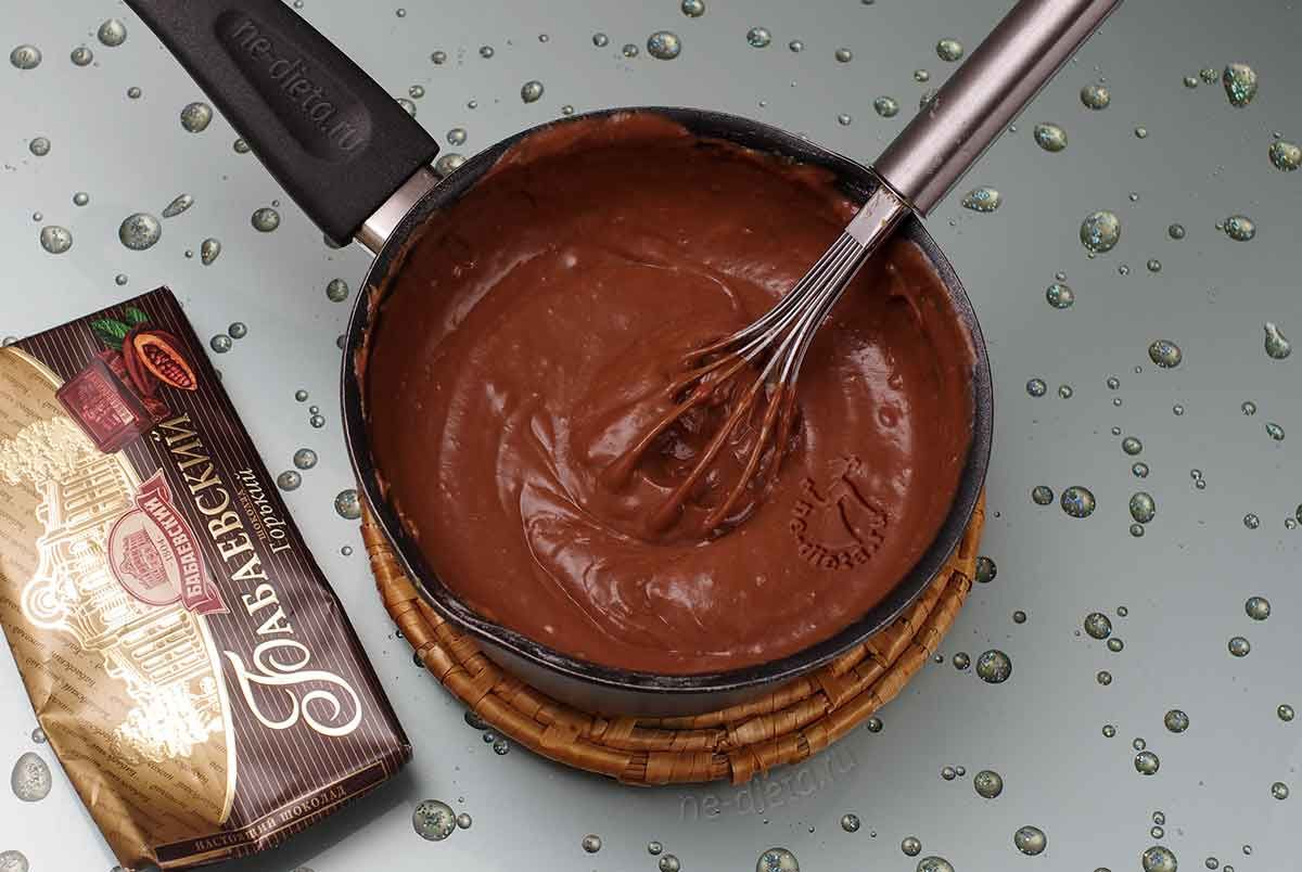 В горячем заварном креме растопить шоколад