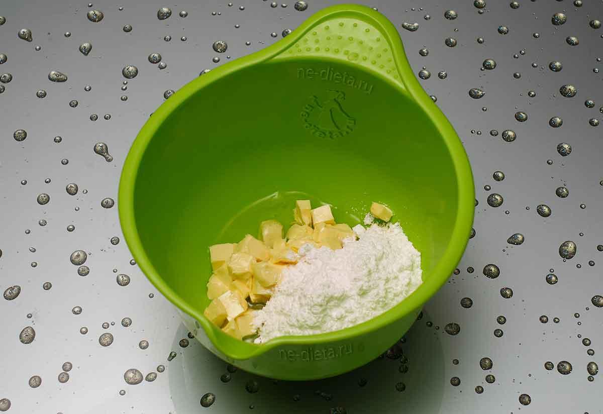 В миску выложить мягкое масло, яичный белок и сахарную пудру