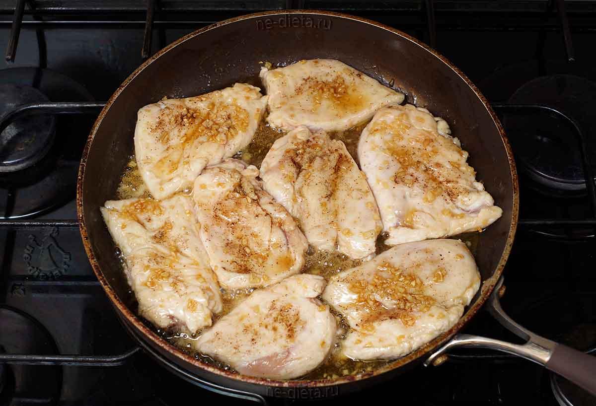 Куриное филе обжарить в чесночной карамели