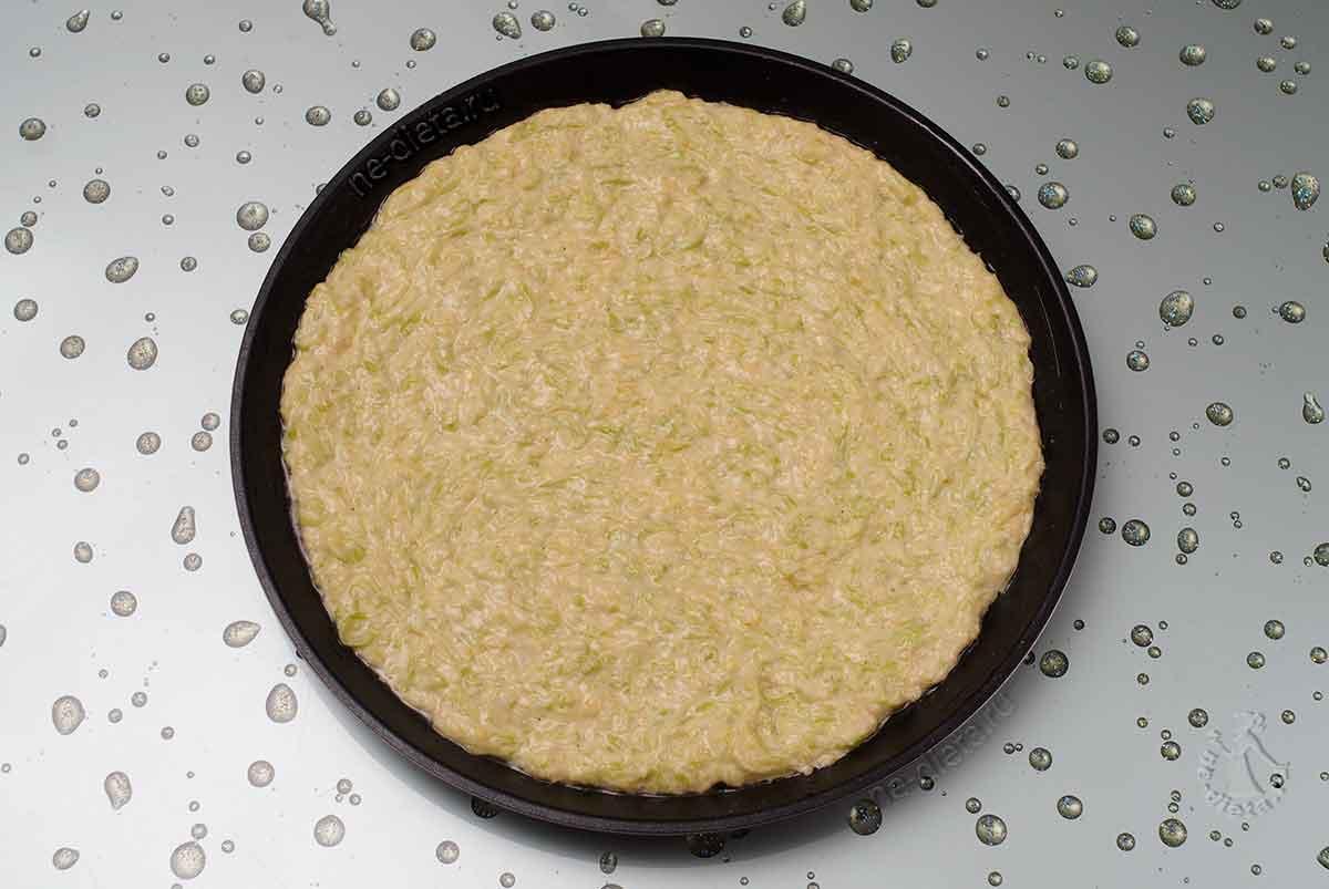 Кабачковое тесто выложить в форму
