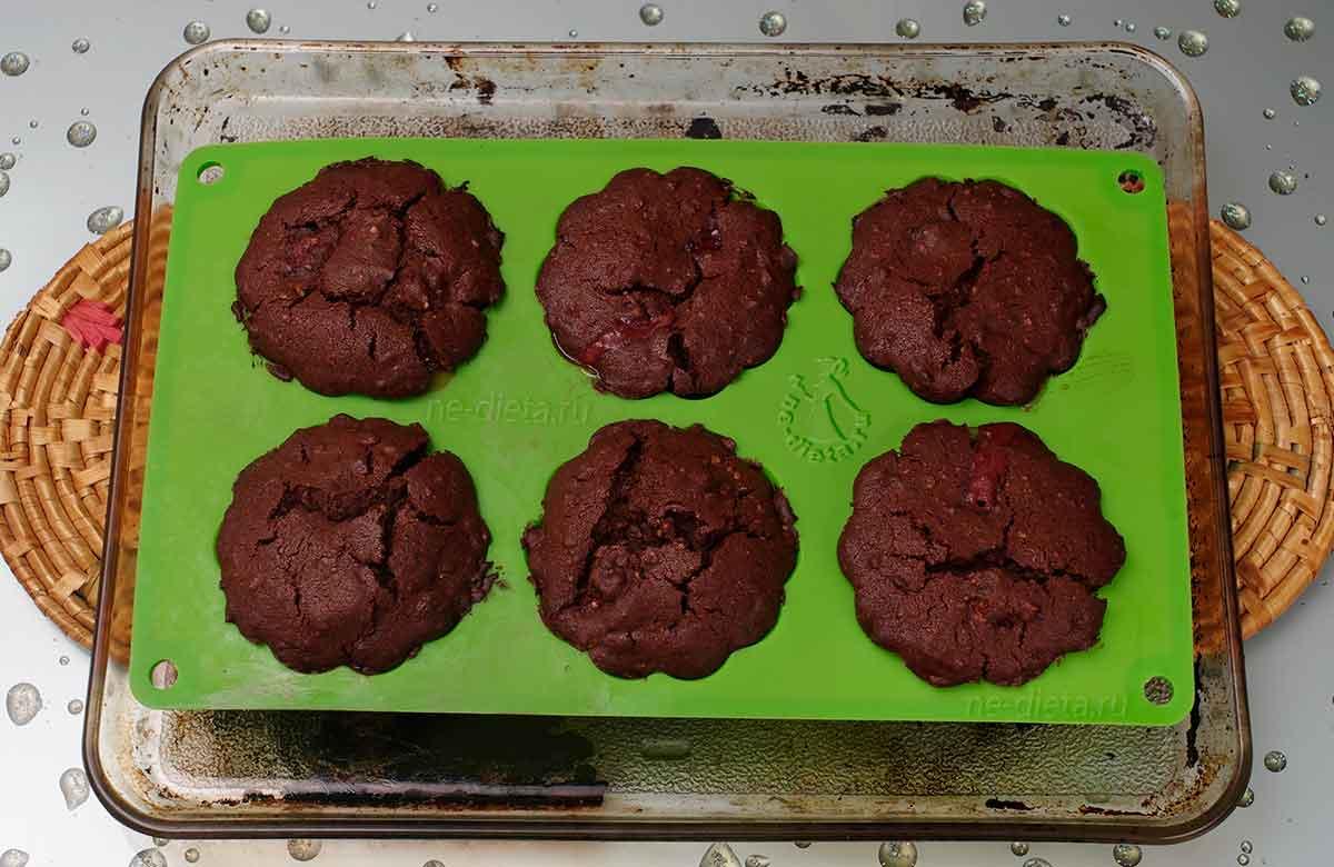 Шоколадные кексы с клубникой в духовке