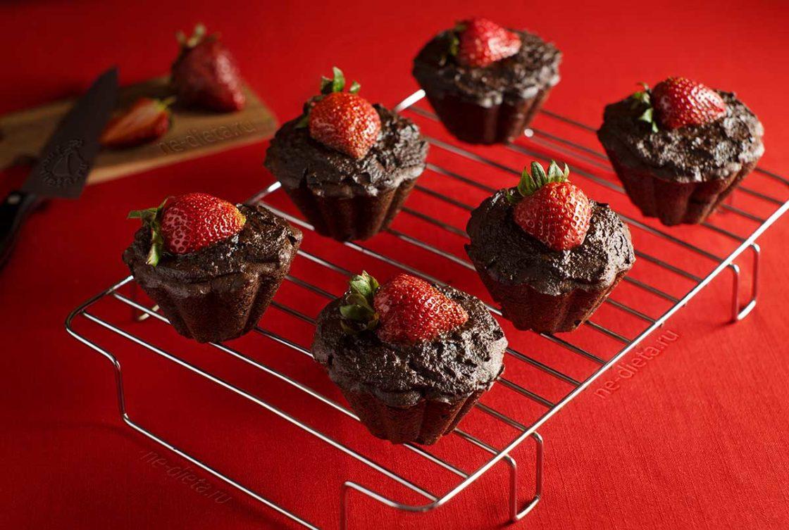 Шоколадные кексы с клубникой