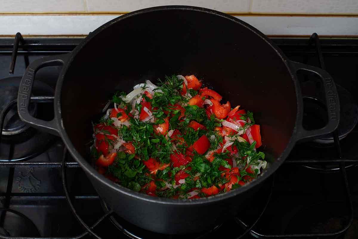 Добавить болгарский перец и зелень